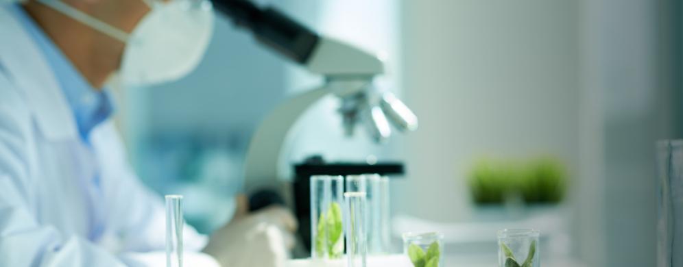 Forscher arbeitet im Labor. iStockphoto